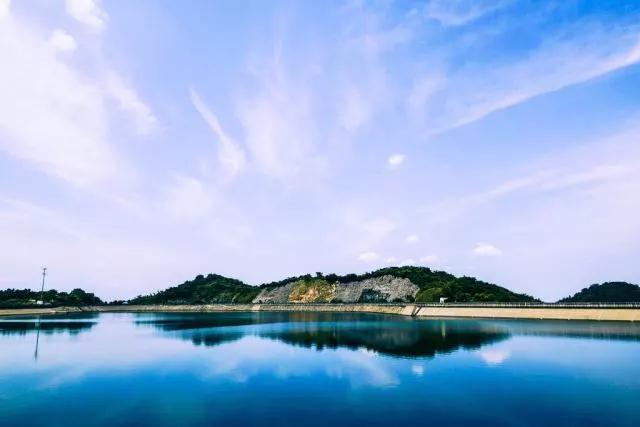 对天目湖的水和山,任何语言都是多余的